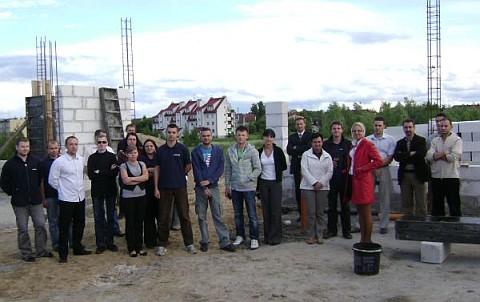Pracownicy na miejscu budowy nowej hali